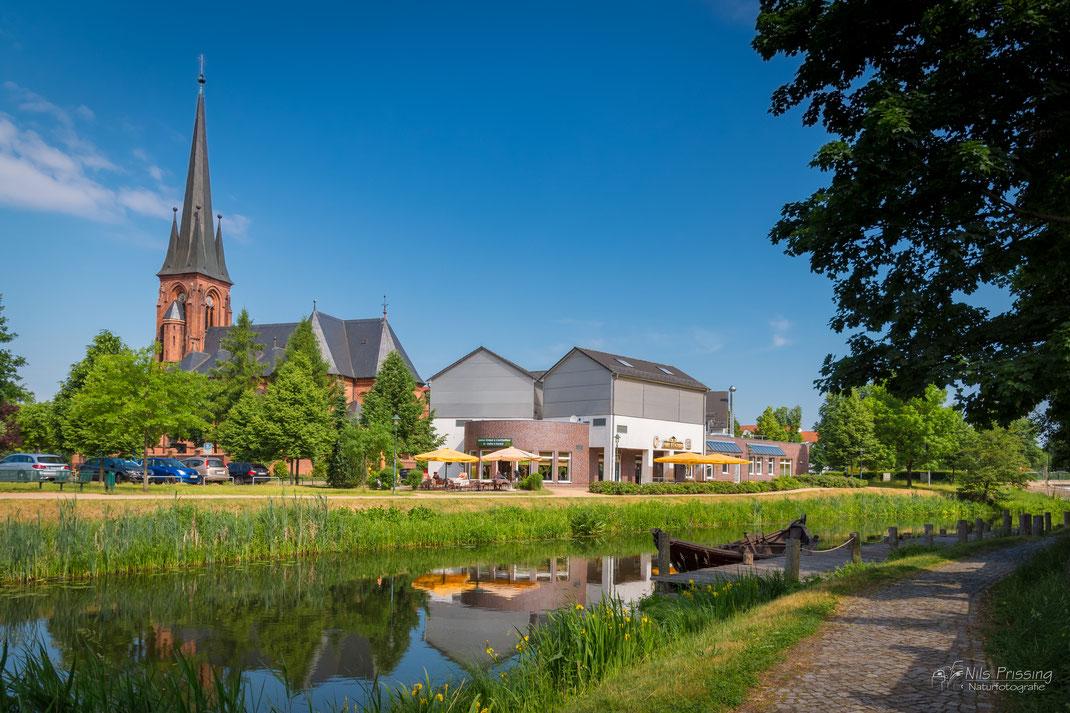 An der Uecker in Torgelow mit Blick auf die Kirche