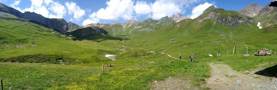 """Blick auf das Wandergebiet """"hinter"""" und oberhalb der Brixner Hütte Richtung Sandjoch (links hinten)"""