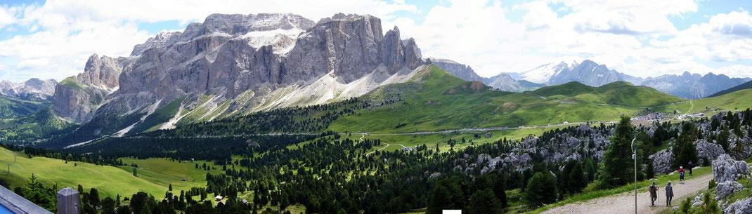 Sella-Gruppe mit Sellapass Richtung Val di Fiemme, Canizei und Pordoipass