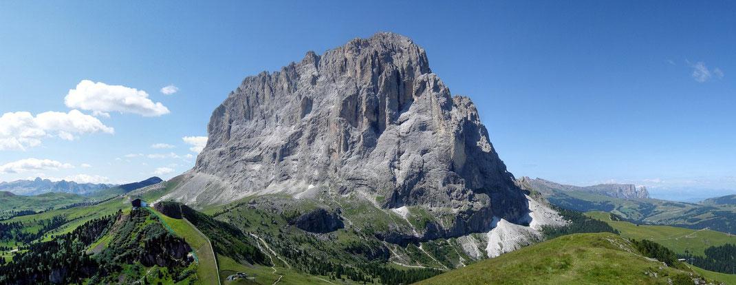 Links: Sellapass - der imposante Langkofel (Saslonch) - Rechts: Seiser Alm - Schlern