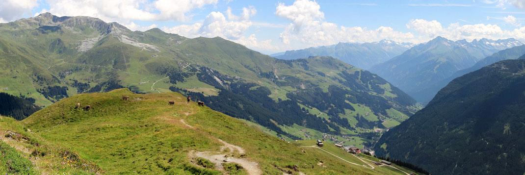 Beim Aufstieg zur Grüblspitze: Blick zurück Richtung Rastkogel - Penken Joch - Eggalm - Lanersbach - Ahorn