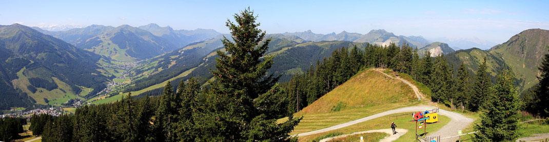 Aussicht vom Kohlmeiskogel Richtung West - Nord: Saalbach, Schattberg, Hinterglemm, Zwölferkogel, Wildseeloder,  Spielbergtal
