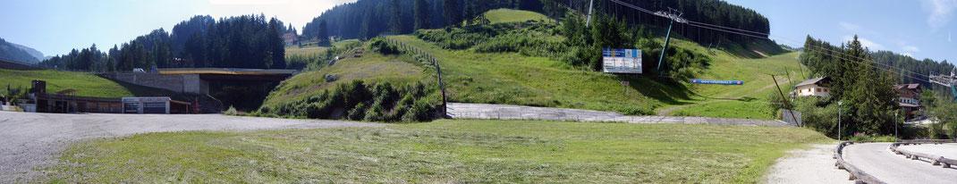 Das Zielgelände im Sommer. Anstelle von Schnee liegt hier nun Heugras