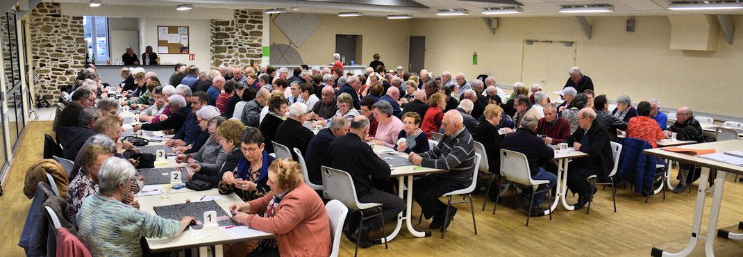 Cent trente deux joueurs de belote dans la salle des fêtes de St Cyr le Gravelais le vendredi 28 février 2020