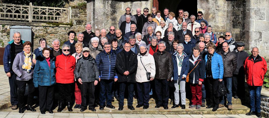 Photo de groupe sur les marches de l'église de Langast.   Merci à Olivier de RGO Le Pape Autocars pour la photo