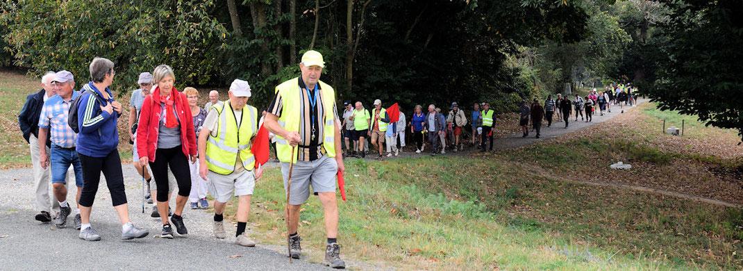 En matinée, arrivée du 1er groupe de marcheurs au barrage de la Valière