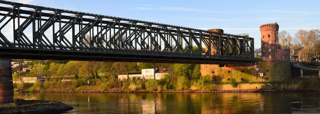 """Mayence : Capitale du Land Rhénanie-Palatinat  -  Le pont ferroviaire """"Südbrücke Mains""""  -  Le Rhin a donné son nom à la Rhénanie"""