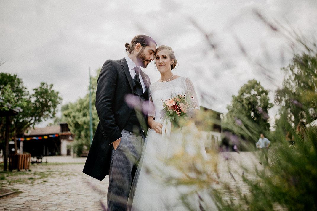 Bild: Paarfotos Hochzeit in der Alte Fasanerie Familienfarm Lübars in Berlin Hochzeitsfotos Hochzeitsfotograf Hochzeitsfotografie
