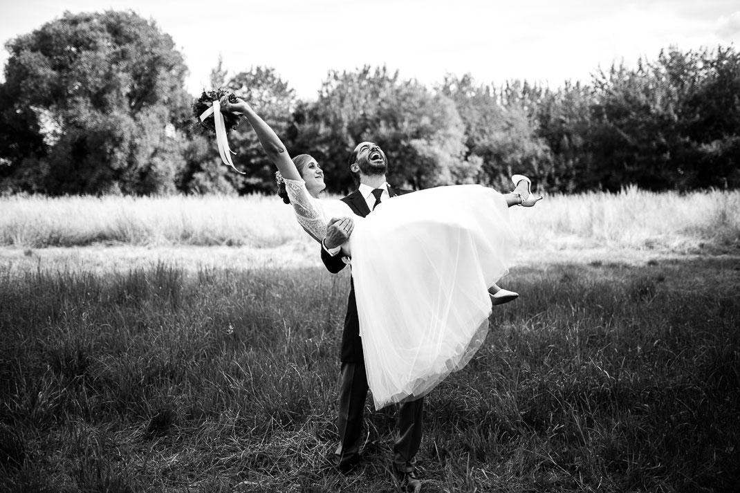 Bild: Paarfotos Inspiration Schwarz Weiß Hochzeit in der Alte Fasanerie Familienfarm Lübars in Berlin Hochzeitsfotos Hochzeitsfotograf Hochzeitsfotografie