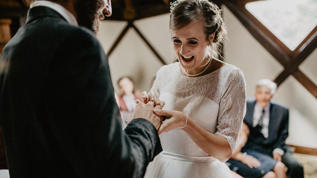 Bild: Trauung Ringe Hochzeit in der Alte Fasanerie Familienfarm Lübars in Berlin Hochzeitsfotos Hochzeitsfotograf Hochzeitsfotografie