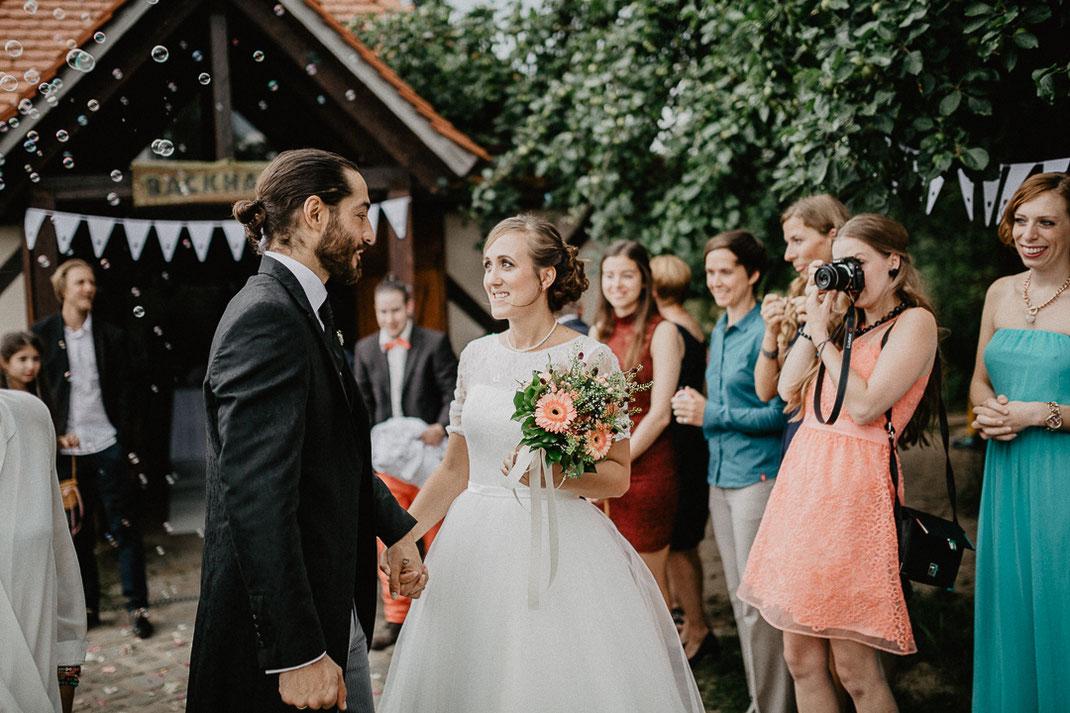 Bild: Braut und Bräutigam Hochzeit in der Alte Fasanerie Familienfarm Lübars in Berlin Hochzeitsfotos Hochzeitsfotograf Hochzeitsfotografie