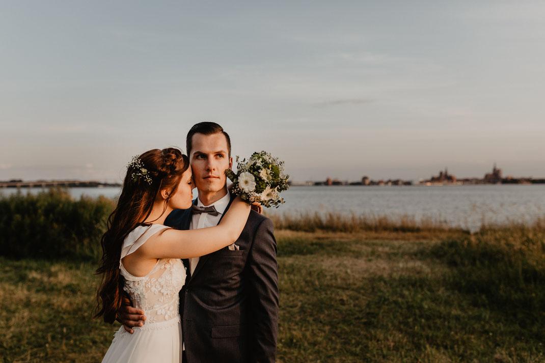 Brautpaar Shooting Hochzeit Heiraten auf Rügen Strand Strandhochzeit Altefähr Strandhaus