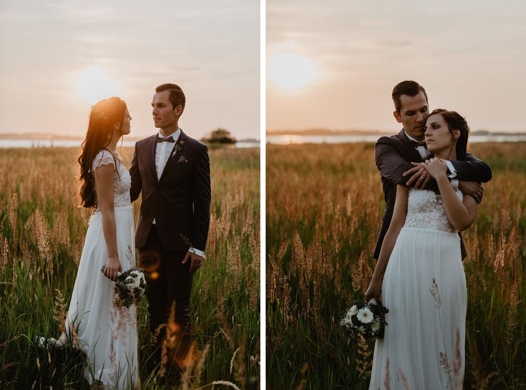 Hochzeitsfotografie Hochzeitsfotos Rügen Hochzeit am Strand Altefähr Strandhaus Brautpaar bei Sonnenuntergang Brautpaarfotos