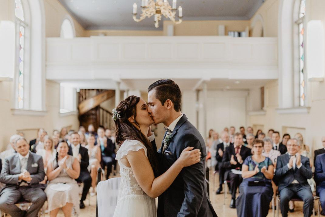 Hochzeitskuss Trauung und Hochzeit in der St. Annen und Brigitten Kapelle im Standesamt Stralsund bei Rügen