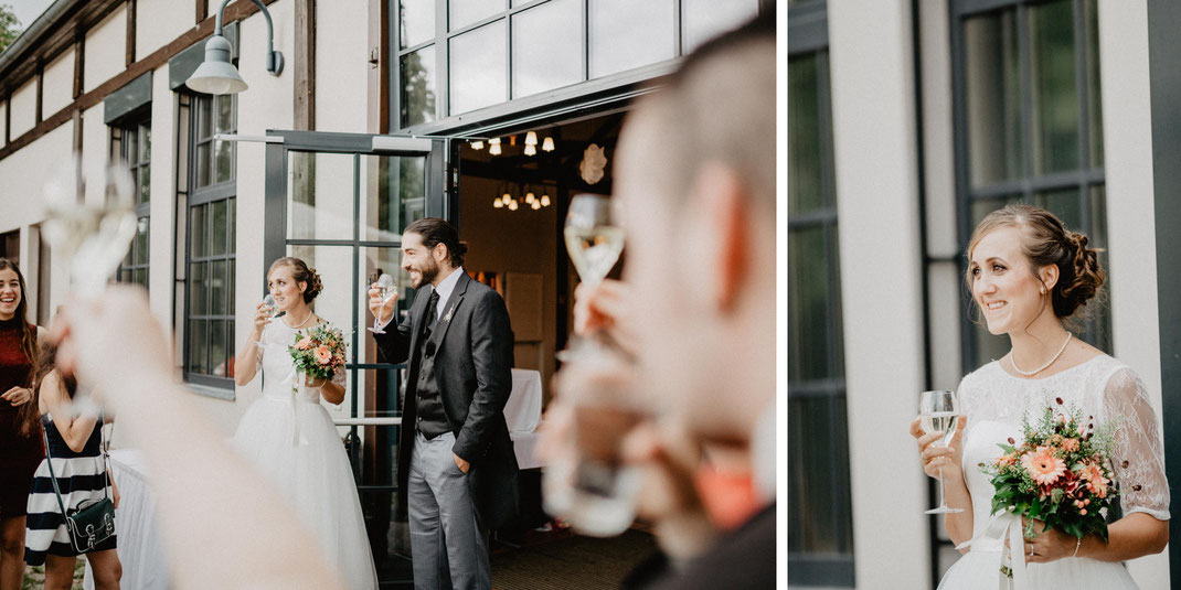 Bild: Sektempfang Hochzeit in der Alte Fasanerie Familienfarm Lübars in Berlin Hochzeitsfotos Hochzeitsfotograf Hochzeitsfotografie