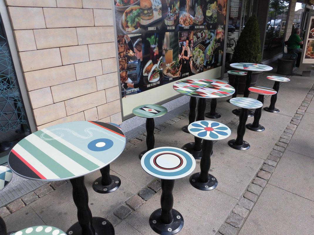 園外併設のレストラン。北欧っぽい柄のテーブル