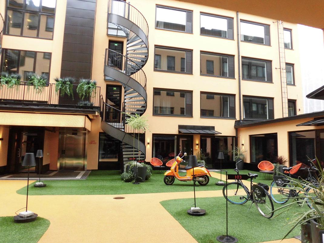 滞在したF6ホテル中庭。僕のvespaと同色のvespaGTが