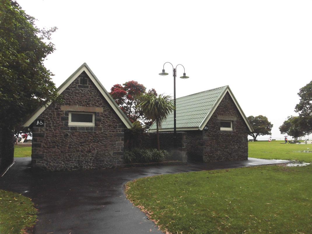 ミッションベイの石積の公衆トイレ