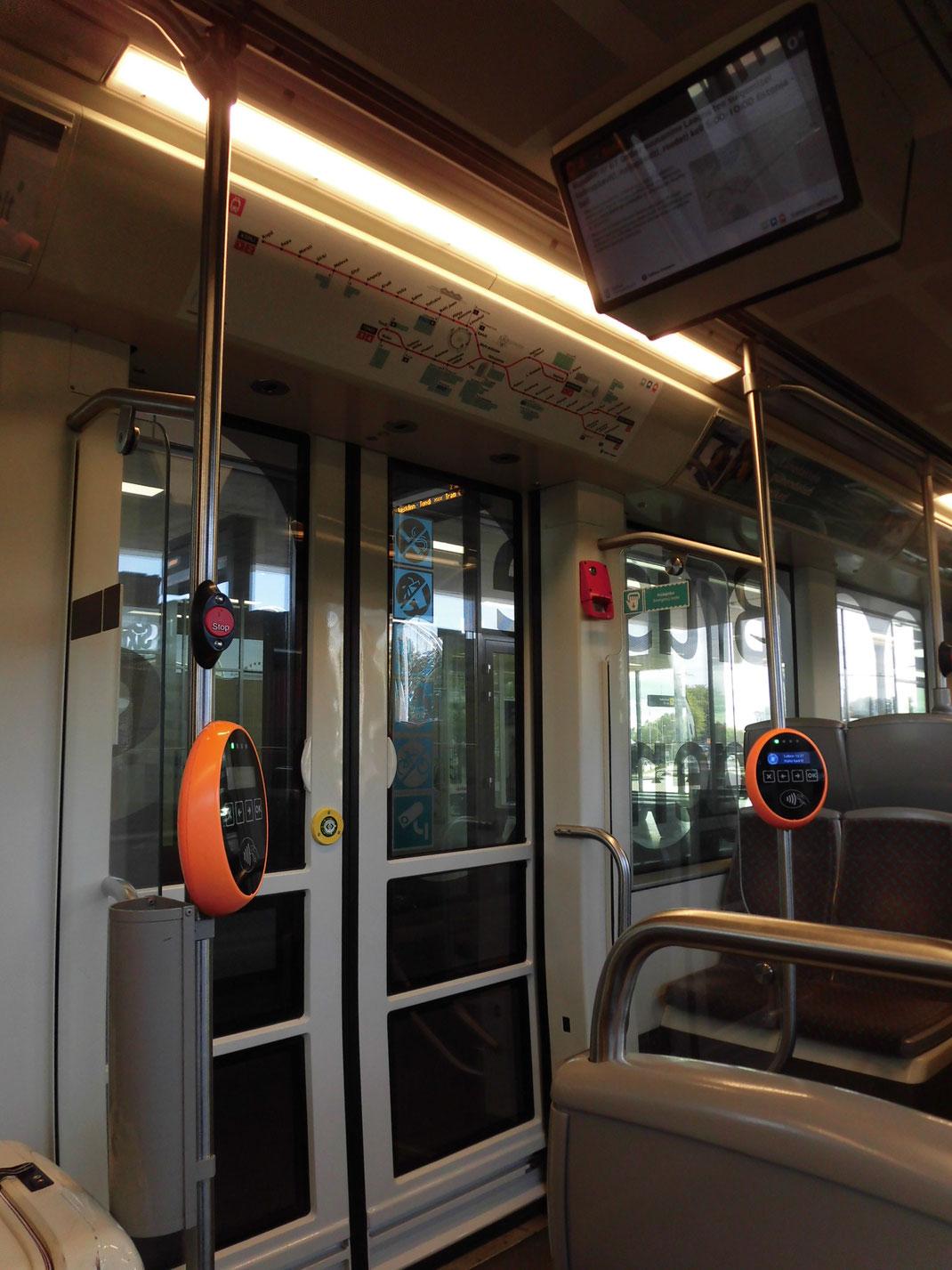 トラム車内。IT立国らしいデザイン。アナウンスはエストニア語のみ