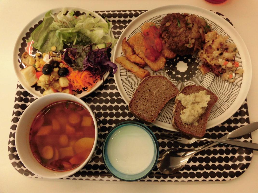 すべてorganic、ほぼベジタリアン食。大好きなライ麦パン、フムス。食器はすべてマリメッコ!