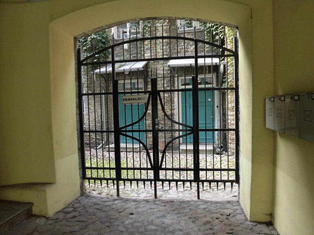 見たことないポスト、エメラルドグリーンの扉、白いモール、石の壁とアイビーが溶け込んでた