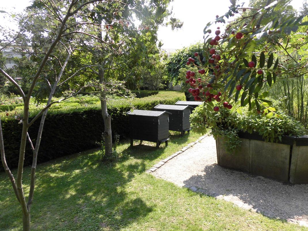 デンマークの庭園で見たはちみつ箱