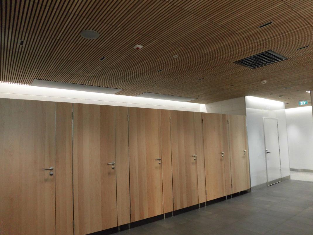 ヘルシンキのトイレ 天井まで木材を活かしたデザイン