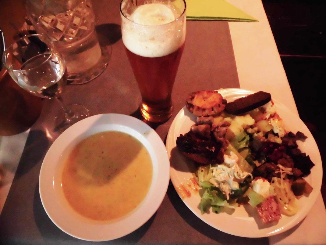 フィンランド国民食 トナカイ肉、黒パン、カルヤランピーラッカ