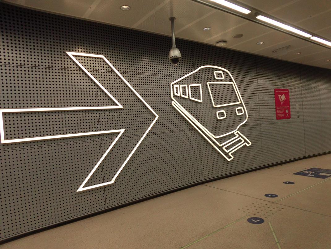 ちょっとしたデザインが素晴らしい。いつもはバスだけど今回初めて空港から電車で市内へ。