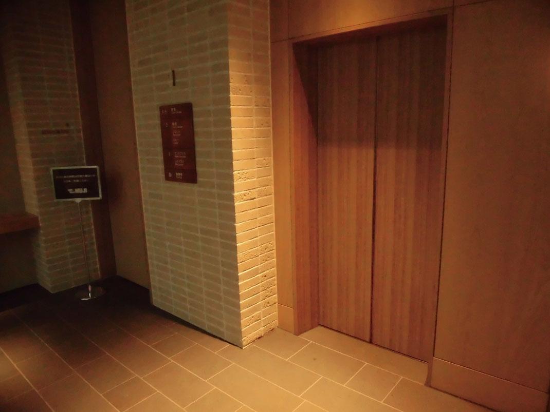 ブリックレンガ、白木風エレベーター