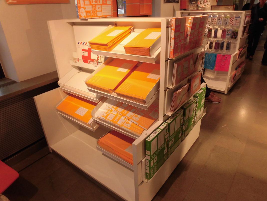 もらった人も微笑む明るい色のレターパック、日本の切手にも通じるものがあります