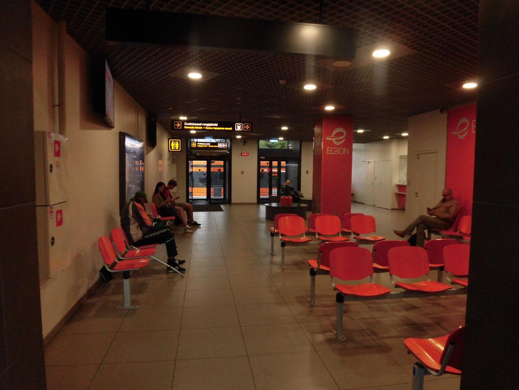 バルト駅の待合所、トイレはやはり有料です・・・