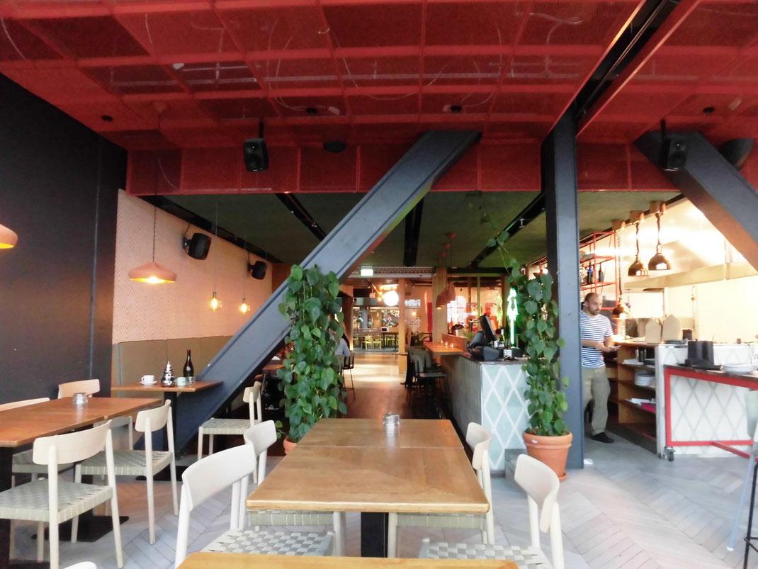 立ち寄った北アフリカ料理のお店 赤い天井も結構いいかも