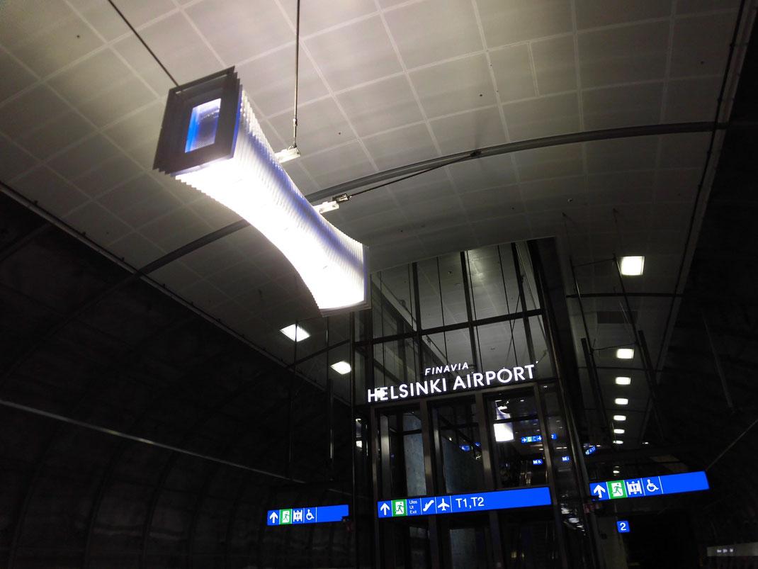 駅構内の照明までデザインがカッコ良すぎる