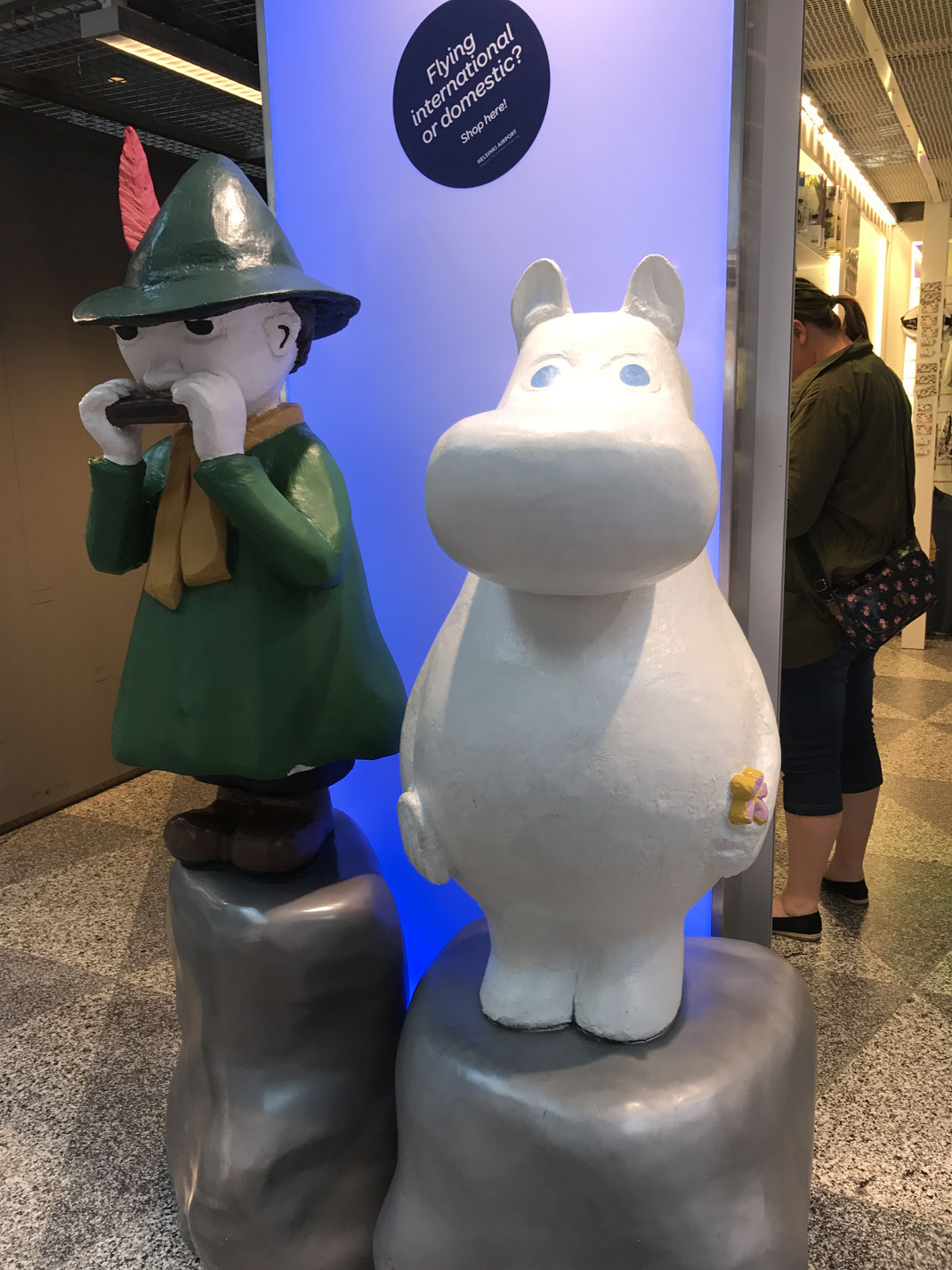 VANTAA空港にいる ムーミンとスナフキン