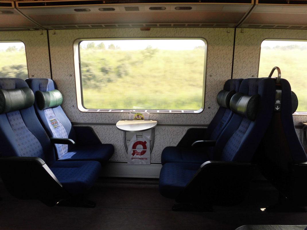 デンマークとスウェーデンを結ぶ電車なのでゆったりしててエチケット袋もついてます