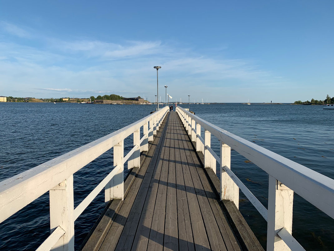 helsinki kaivopuisto parkの桟橋 北欧の海は黒に近い赤茶です