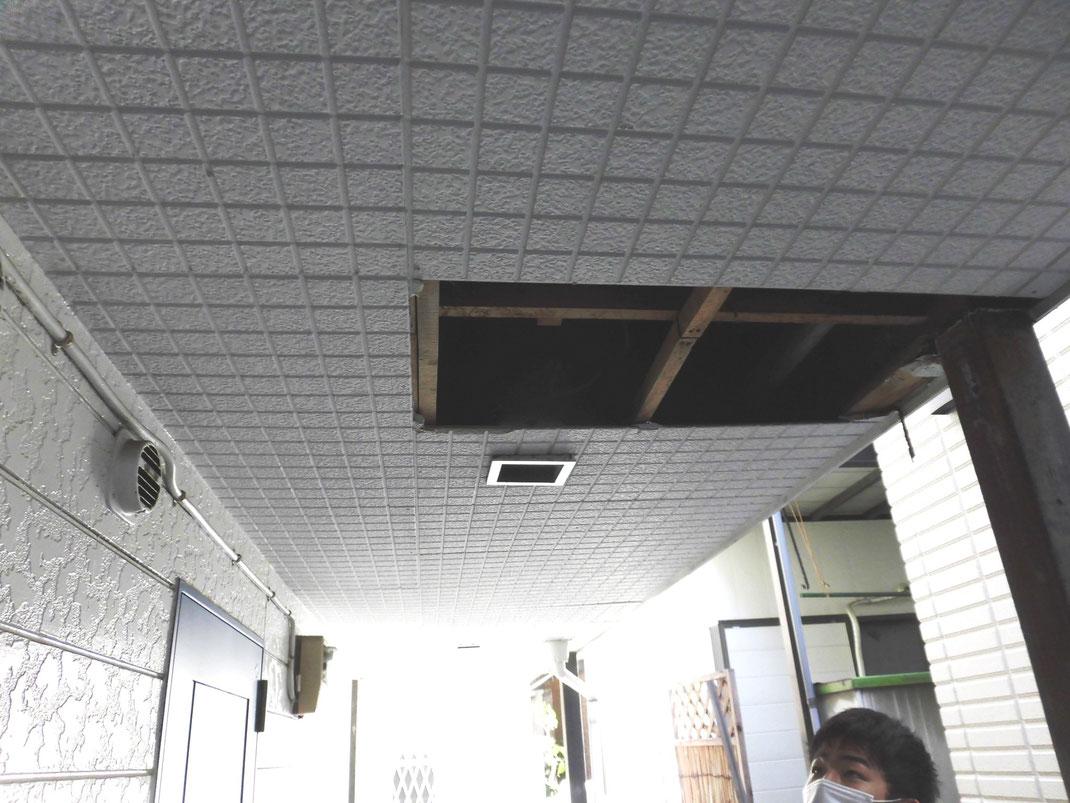 天井に穴を開けキッチン奥へ侵入
