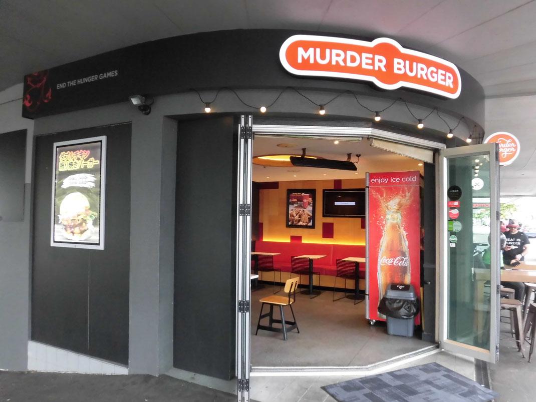韻を踏んで、犯罪級にうまいバーガーってコトか・・・。広告日本語です・・
