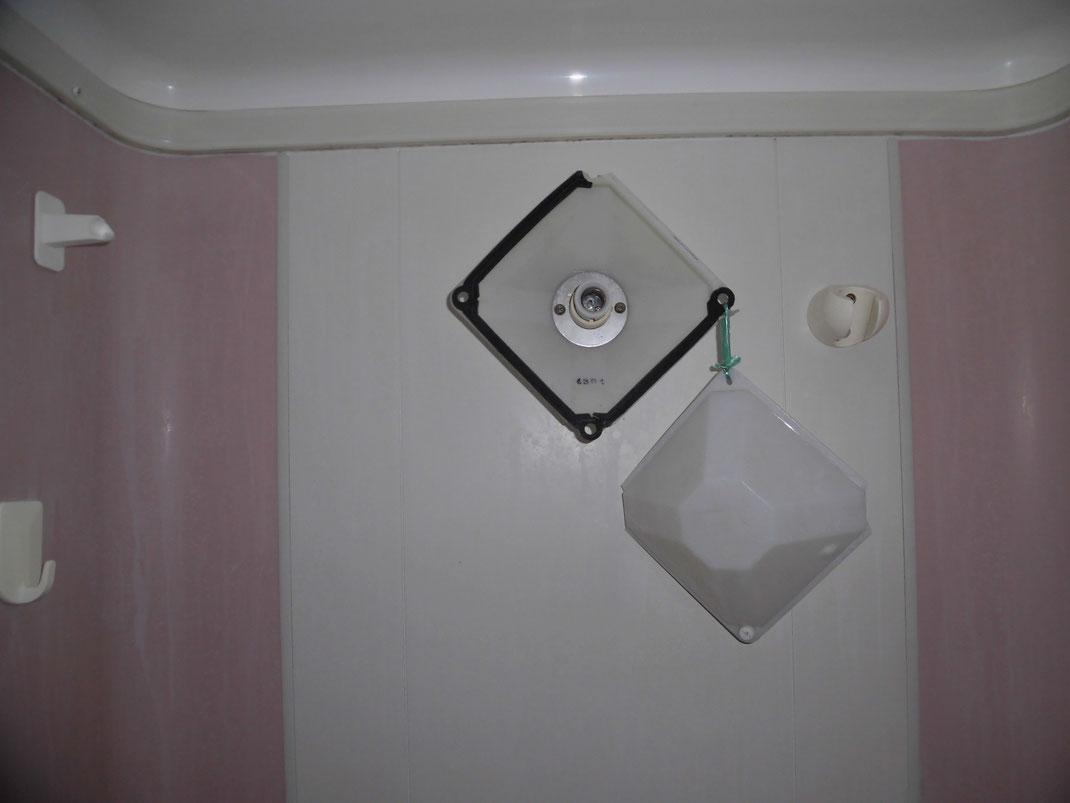 退去時シャワールームの照明が破壊されていた