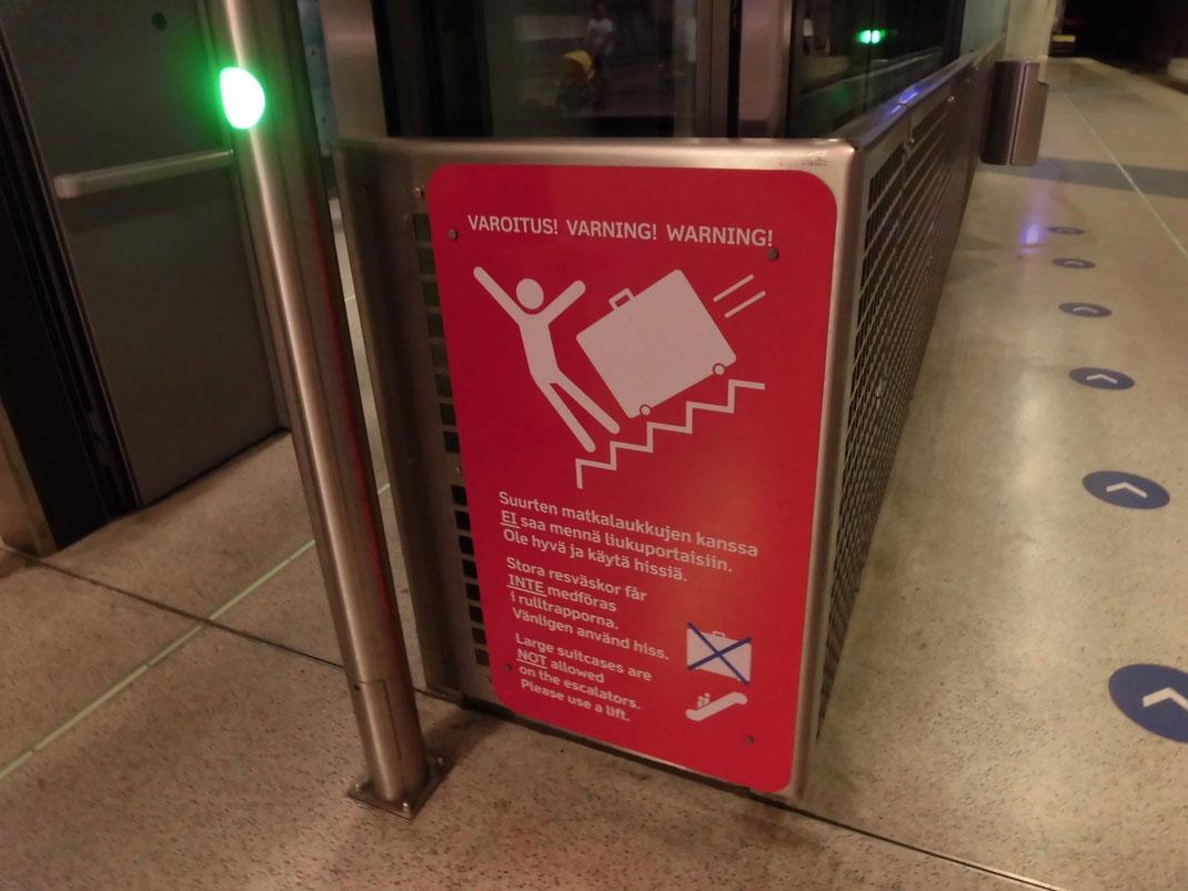一目でわかる、スーツケースが落ちてくるかもしれないから気を付けろって。