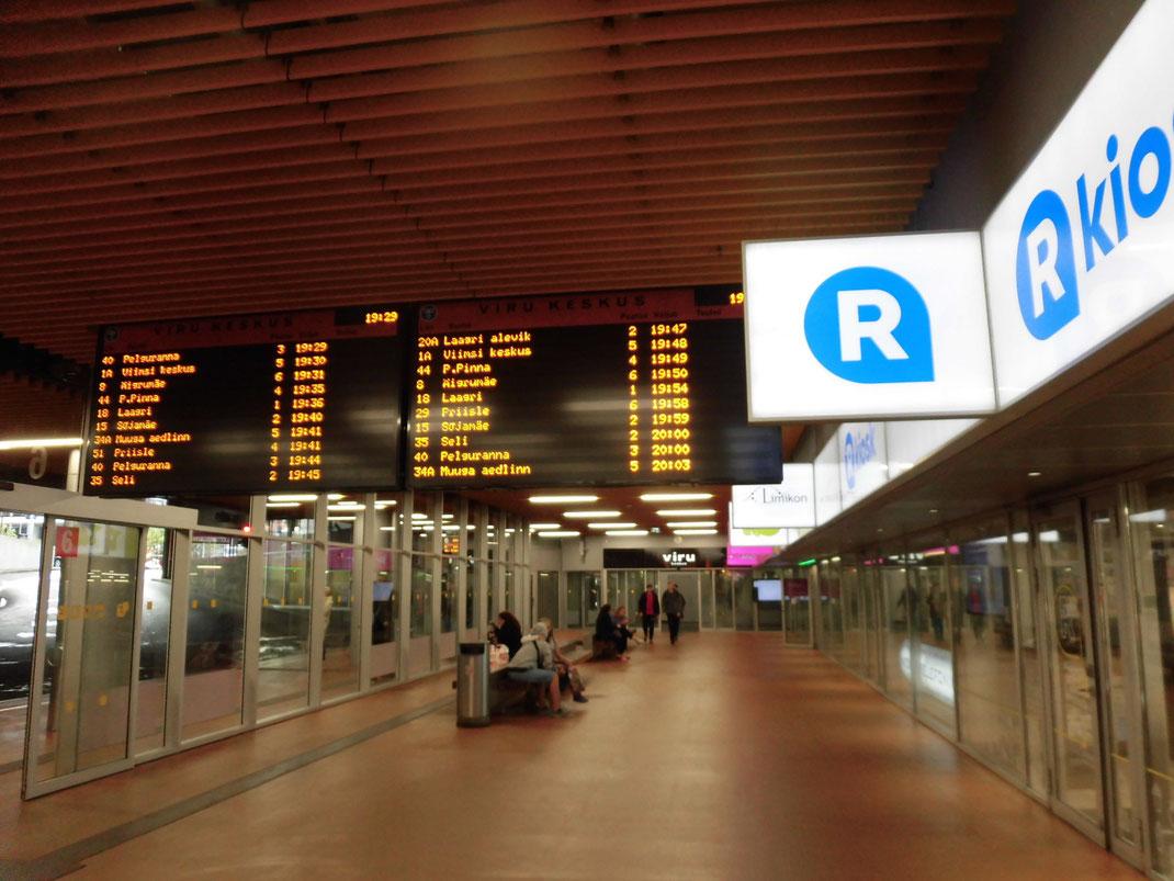 バスターミナルにフィンランドのRkiosiki(コンビニ)が。ここもチケット買える