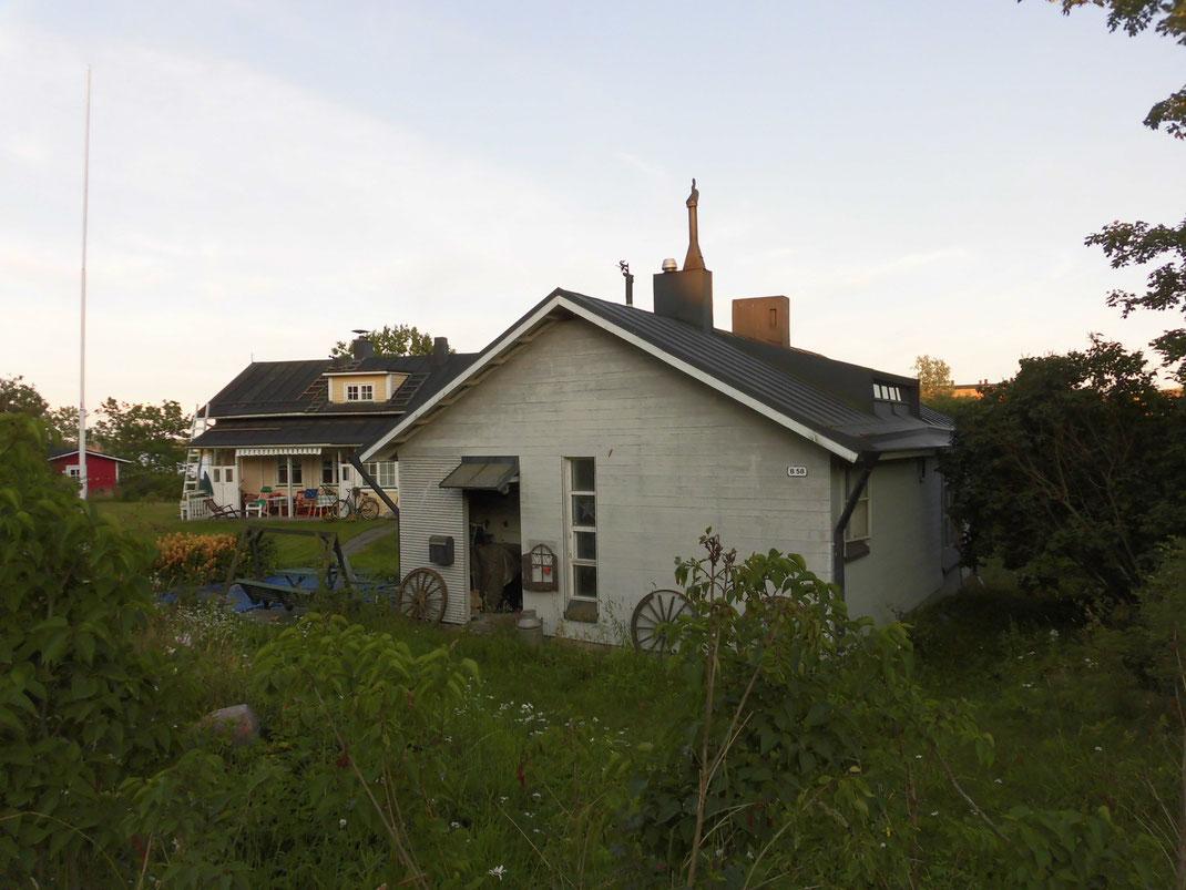 島に住んでる方も。屋根をよく見ると、魔女のモチーフが。
