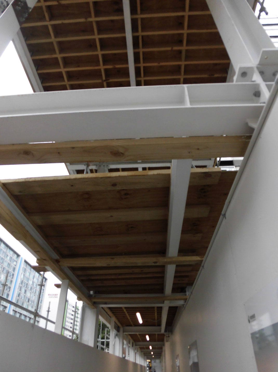 オークランドでビル建設中、中国の建設会社の足場