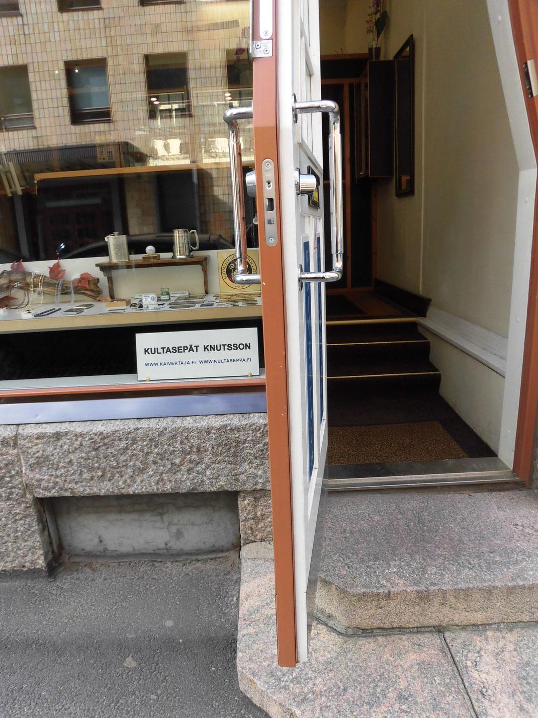 断面を見るとドア2枚になっています