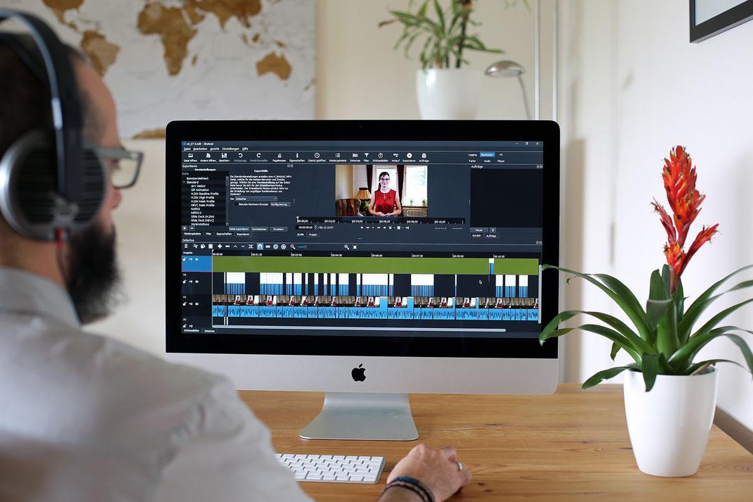 Udo von VAJUS am Computer beim Videoschnitt, einer unserer Dienstleistungen.