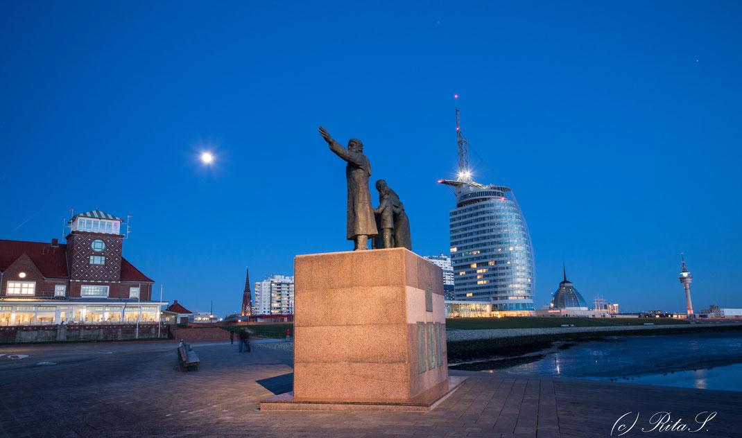 Willy-Brandt-Platz mit Auswanderer-Denkmal