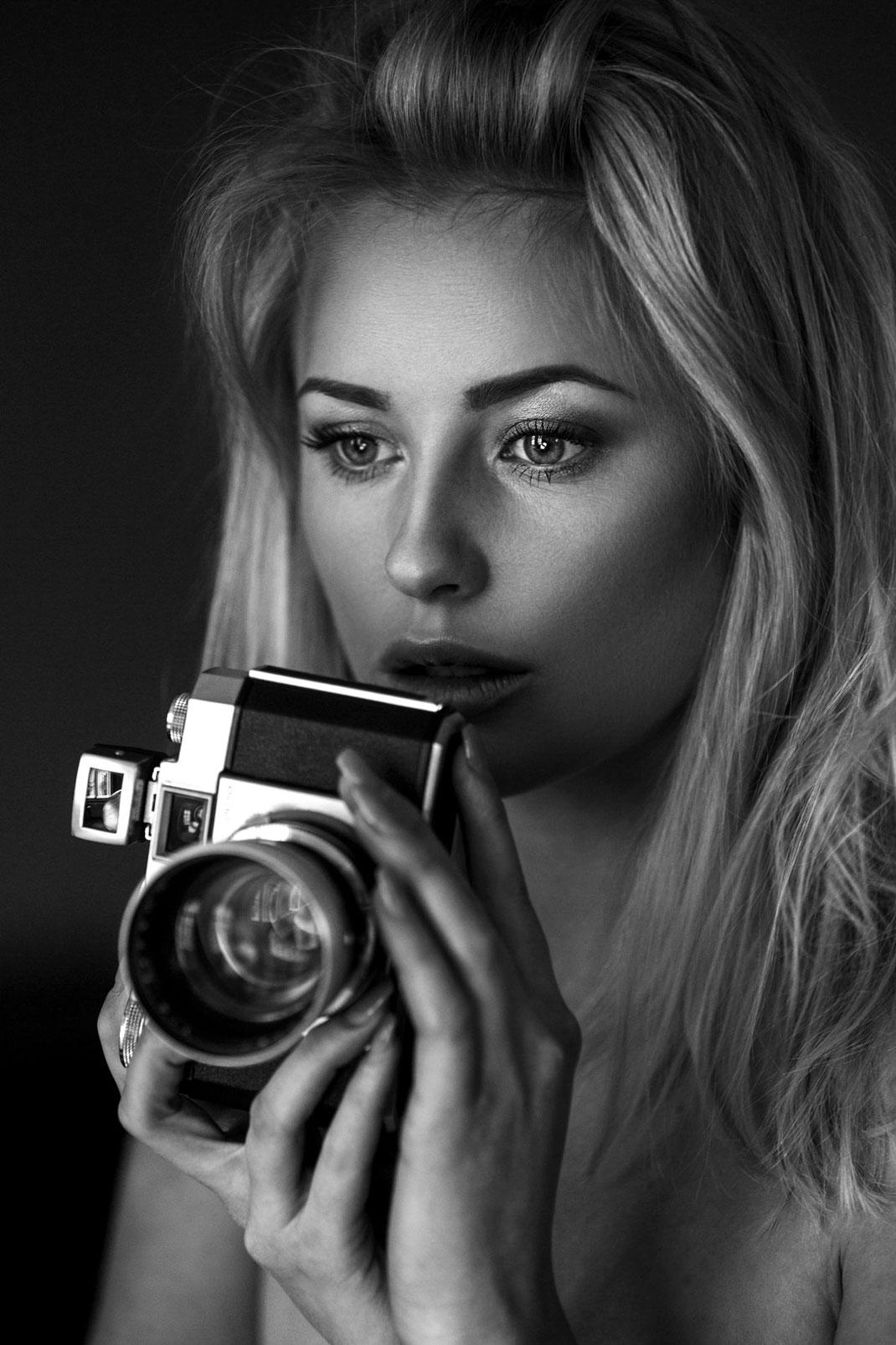 Two Beauties - Saskia & Zeiss Ikon Contina - Markus Hertzsch - Camera - Girl