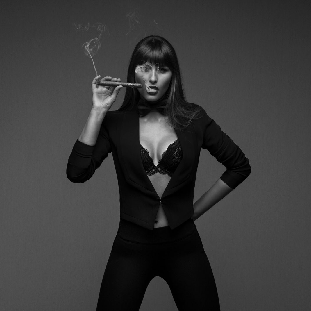 Studioworks - Kristina - Markus Hertzsch - Pose - Girl - Portrait BW - Photography - Body - Fitness - Lingerie - Smoke - Cigar