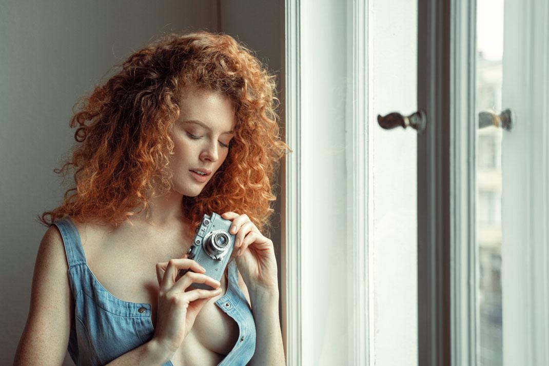 Two Beauties - Magdalena & Blue Leica 2 - Markus Hertzsch - Camera - Girl - Tripod - Redhead - Model - Leica - Schraubleica - Zorkie